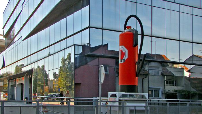 "Zaštitni znak tvornice ""Pastor"" pred novom zgradom"