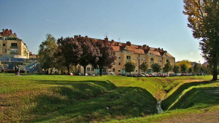 Gredice na svojoj zapadnoj granici - potoku Črnomercu