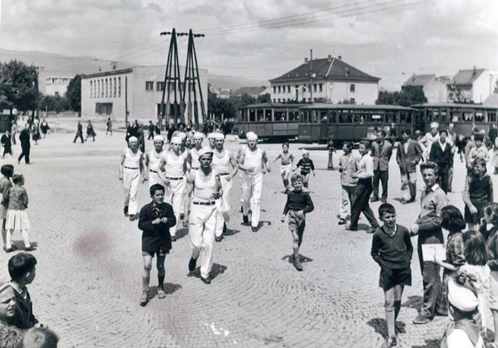 Trčanje Titove štafete na Trešnjevačkom trgu [autor nepoznat]