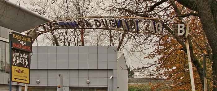 Desetljećima devastirani ulični natpis tvornice na Savskoj cesti [GP 2013.]