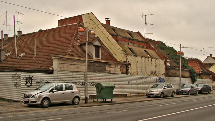 Napušteni niz zgrada na zapadnoj strani Savske ceste kod Knežije [GP 2013.]