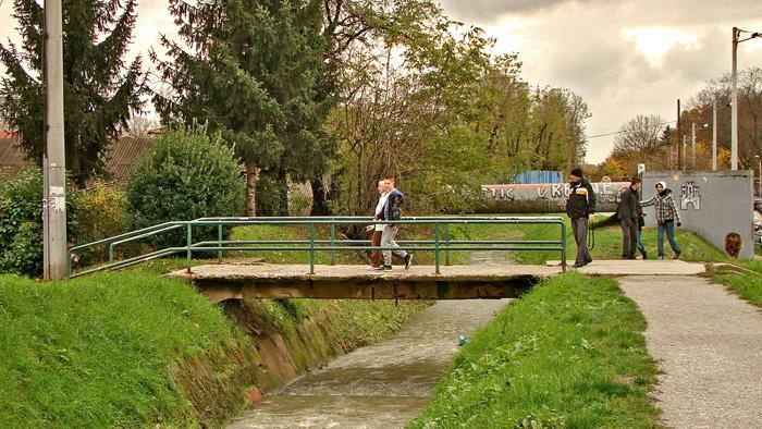 """Most preko potoka Črnomerca za Klanječku ulicu i """"most toplovoda"""" u pozadini [GP 2013.]"""
