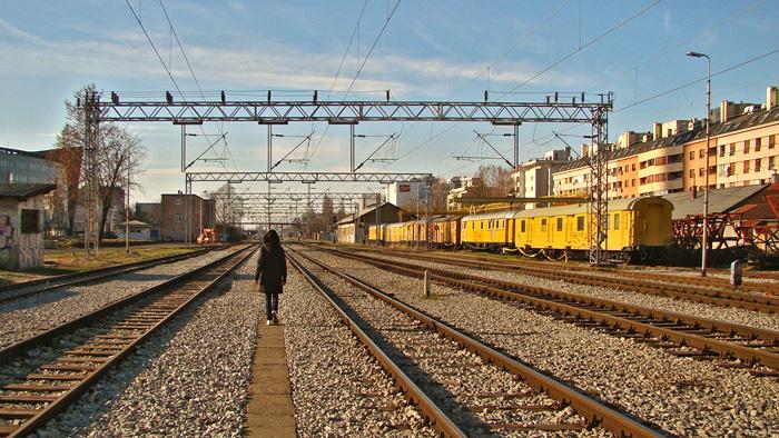 """Popločeni kanal željezničke tehničke instalacije kao staza koja """"pjeva"""" [GP 2013.]"""