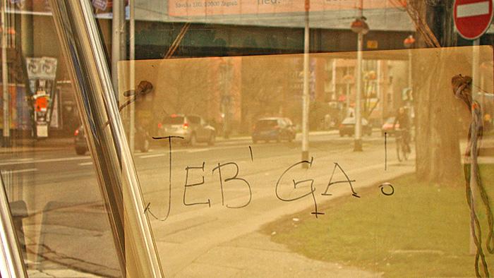 """Nadomjestak za tablicu """"Zatvoreno"""" na vratima kafića na uglu Savske ceste i Ulice Ćire Truhelke [GP 2013.]"""