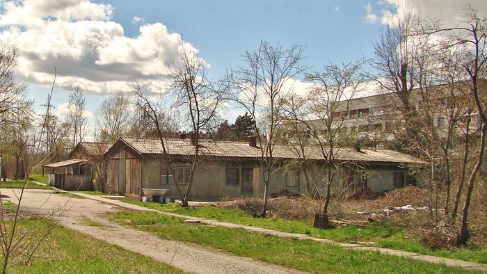 Polunapuštene barake uz potok Črnomerec na Jarunu [GP 2013.]