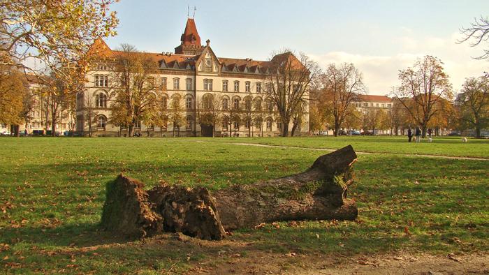 Glavna zgrada i zelena površina na mjestu bivše Rudolfove kasarne [GP 2013.]