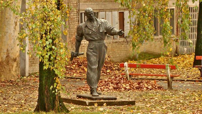 """Spomenik Radi Končaru autora Vanje Radauša 1952. u krugu tvornice """"Končar"""" [GP 2013.]"""