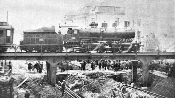 Izgradnja nadvožnjaka Savska cesta – Crnatkova ulica 1932., pogled sa sjevera [Monografija]