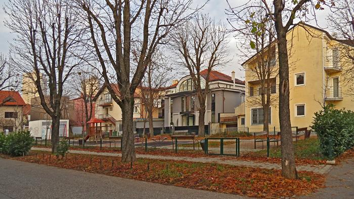 """Park na neimenovanom """"trgu"""" u Lošinjskoj ulici [VR 2013.]"""