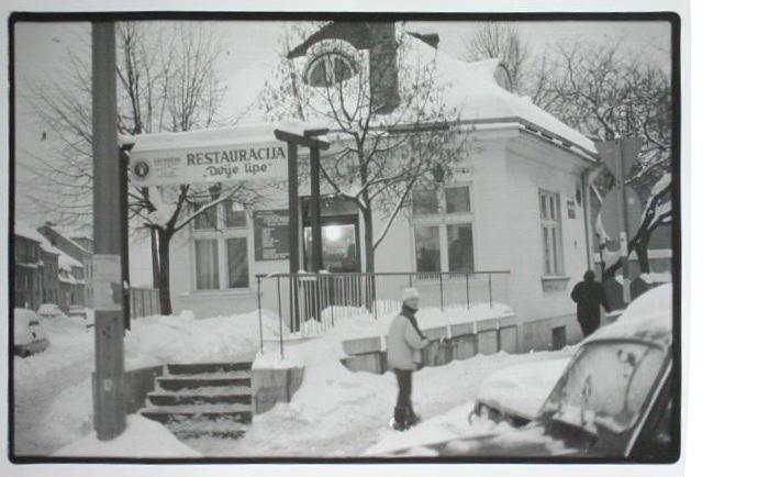 """Restauracija """"Dvije lipe"""" na Trešnjevačkom trgu 1986. [Zlatko Dermiček]"""