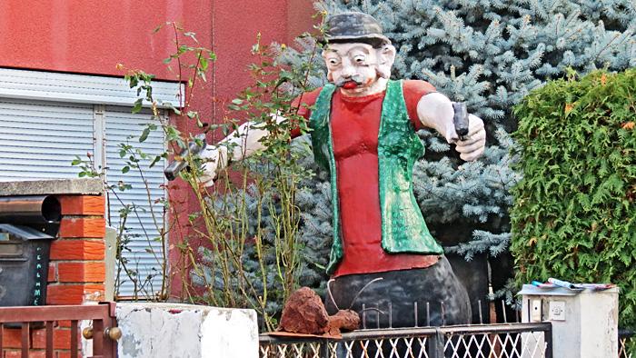 Skulptura u dvorištu kuće u Javorskoj ulici [VR 2013.]