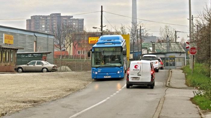 """Cestovni prijelaz preko nasipa bivše pruge u Tomislavovoj ulici kao """"hupser"""" za vozače [VR 2013.]"""