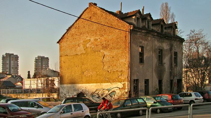 Opustošena, polurazrušena i spaljena zgrada na Novoj cesti [GP 2014.]