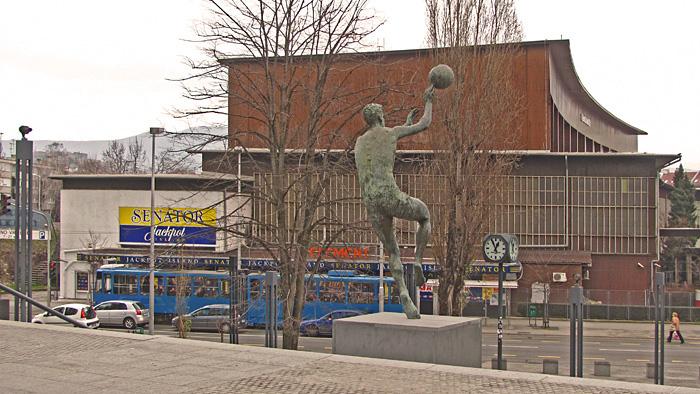 Spomenik košarkašu Draženu Petroviću ispred istoimene košarkaške dvorane [GP 2014.]