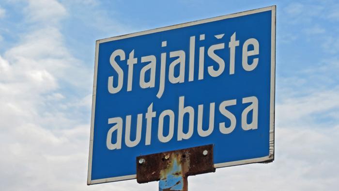 Klasična cestovna oznaka autobusnog stajališta (s osebujnim oblikom slova 's') [VR 2014.]