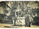 """Na fontani """"Zodijak"""" u parku u Kostelskoj ulici 50-ih [MH]"""