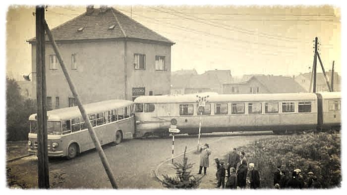 """Sudar """"Samoborčeka"""" i ZET-ova autobusa na raskršću Zagorske, Tomislavove i Fallerova šetališta; Snimljeno 60-ih"""