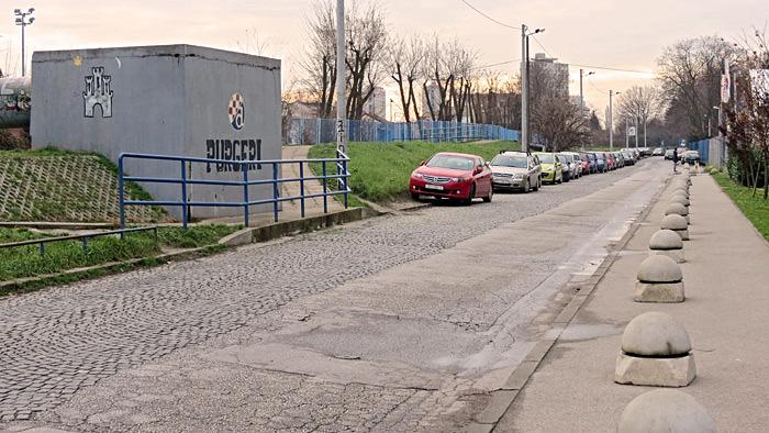 """Ostaci granitnih kockica na Fallerovom šetalištu kao prilazu tvornici """"Rade Končar"""" [VR 2014.]"""