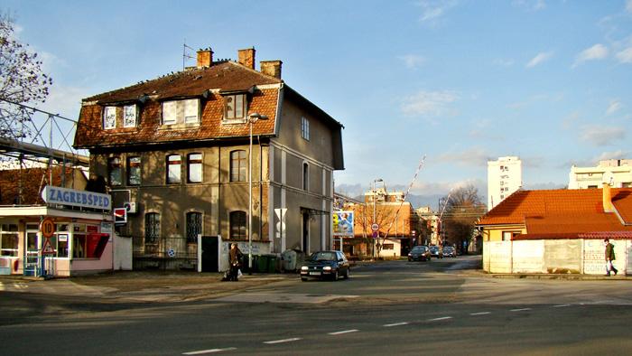 Zapadni kraj Magazinske ulice s pružnim prijelazom prema Vodovodnoj ulici [GP 2014.]