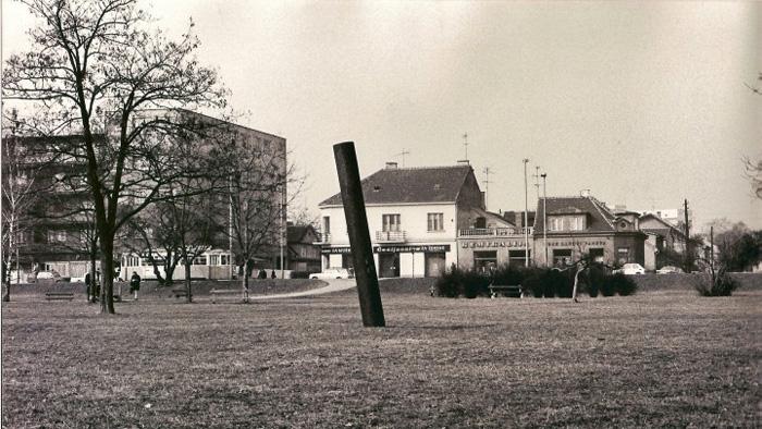 """Park Stara Trešnjevka sa skulpturom """"Od istoka prema zapadu"""" Slavomira Drinkovića [SD 1982.]"""