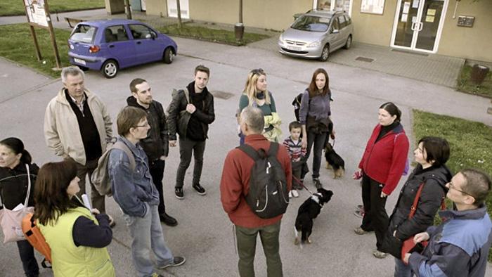 Sudionici šetnje pred Domom kulture u Prečkom [BT 2014.]