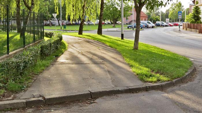 Previsok rubnjak u Paljetkovoj ulici kod dječjeg vrtića [VR 2014.]