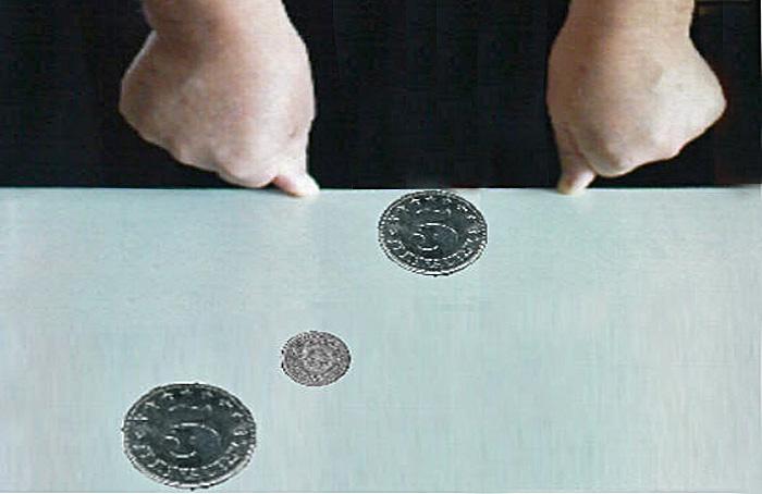 Igralište na stolu: palci su stative, a kovanice igrači i lopta [PZ 2014.]