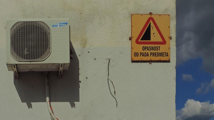 """Neprimjereno upozorenje na neboderu u Ulici braće Domany (""""što bi trebali činiti prolaznici?) [GP 2014.]"""