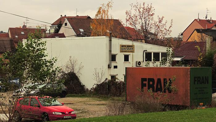 Koincidencija naziva autoservisa Škode u Ilirskoj grani i prikolice na parkiralištu [GP 2014.]