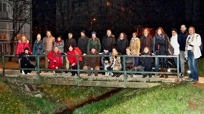 Skupna fotka sudionika šetnje na mostu preko potoka Kustošaka kod Voltinog naselja [MS 2014.]