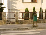 Visoki rubnjak na pješačkom prijelazu preko Jarnovićeve ulice kod Dječjeg vrtića Prečko uz Paljetkovu ulicu. [VR 2014.]