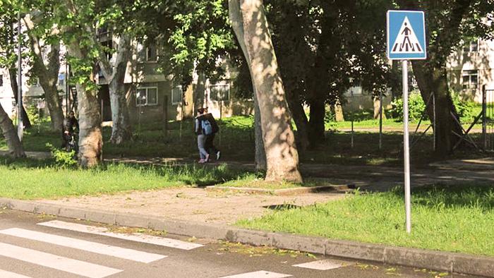 """Nespušten rubnjak na prijalazu preko Jarunske ulice kod Studoma """"Sava"""" [VR 2014.]"""