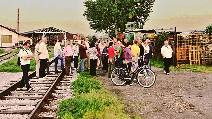 """Sudionici """"Šetnje oko Rudeša"""" 03.05.2013. kod pruge u Tomislavovoj ulici [SM 2013.]"""