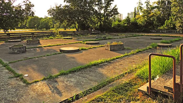 Napušteno igralište sa zapuštenim tribinama uz Kineziološki fakultet [GP 2015.]