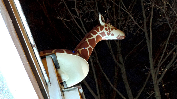 Trešnjevačka (napuhana) žirafa nad auto-servisom na Srednjacima, viđena okom sudionikâ šetnje [GP 2015.]