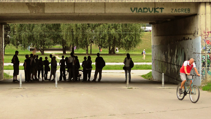 """Sudionici šetnje u razgovoru pod remetinečkim """"rotorom"""" [GP 2016.]"""