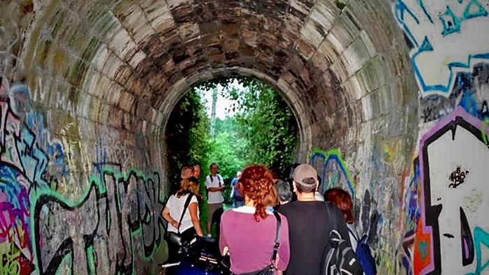 Prolazak sudionika šetnje ispod željezničke pruge prema naselju Trokut [MS 2016.]