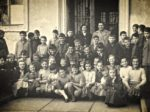 """Zajednička fotografija razreda Osnovne škole """"Braća Ribar"""" krajem 1950-ih [AB]"""